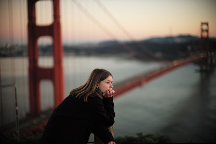Cerise pensive devant le Golden Gate, près de San Francisco en Californie.  - by Laurel Duermael